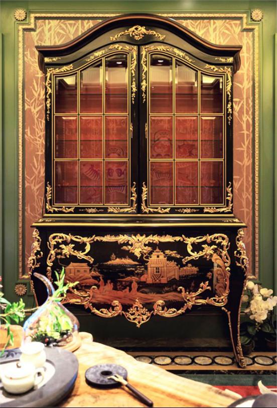 """润泽御府B1层中茶室   电视柜顶部为具有象形意义的中式屋顶的 """"卷棚顶"""",其出檐及边角形态都极具中国古典建筑神韵。"""
