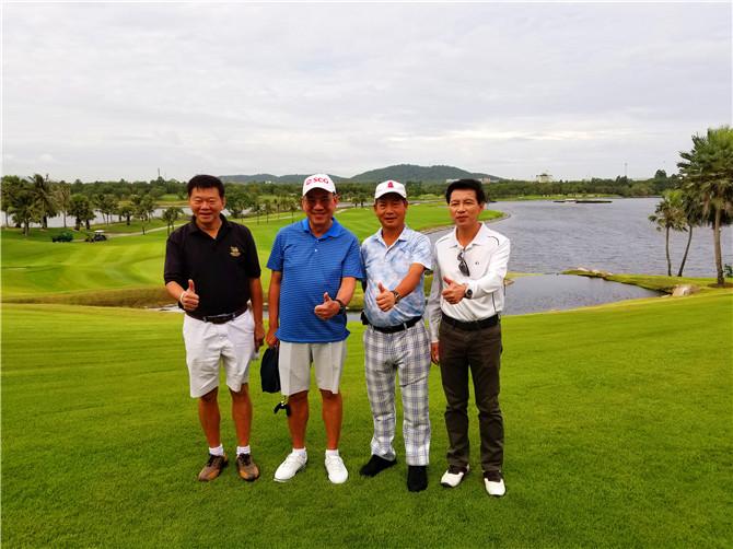 叶董事长(右二)与SCG高层在泰国国际公开赛指定球场Amata spring golf club合影.jpg