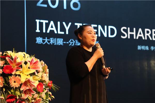 新明珠陶瓷营销管理中心副总经理、新明珠设计院院长李莹女士做分享.JPG