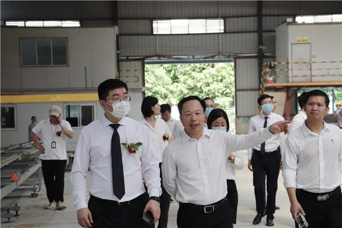 博德董事长叶荣恒(第一排中)查看新生产线.jpg